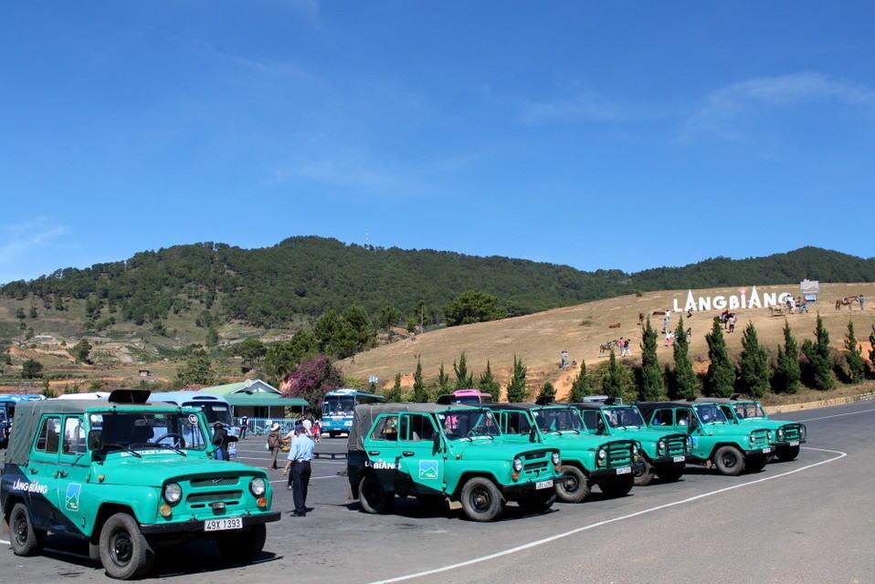 Những chiếc xe Jeep tập kết dưới chân núi để phục vụ du khách