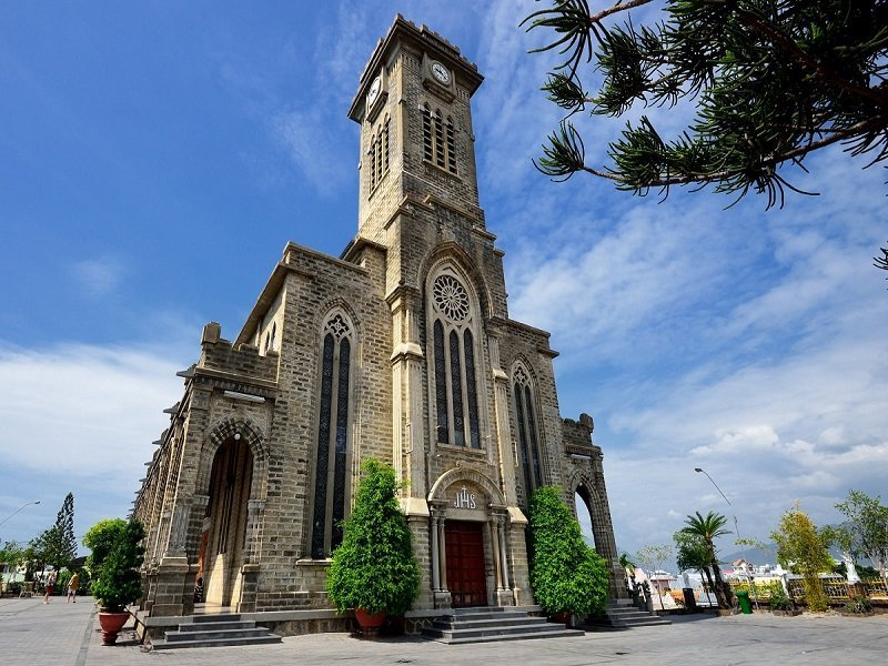 Cảnh chính diện trước nhà thờ